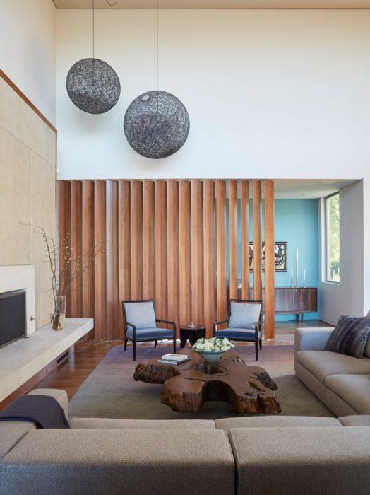 Деревянная перегородка естественного цвета дополнит любой интерьер.