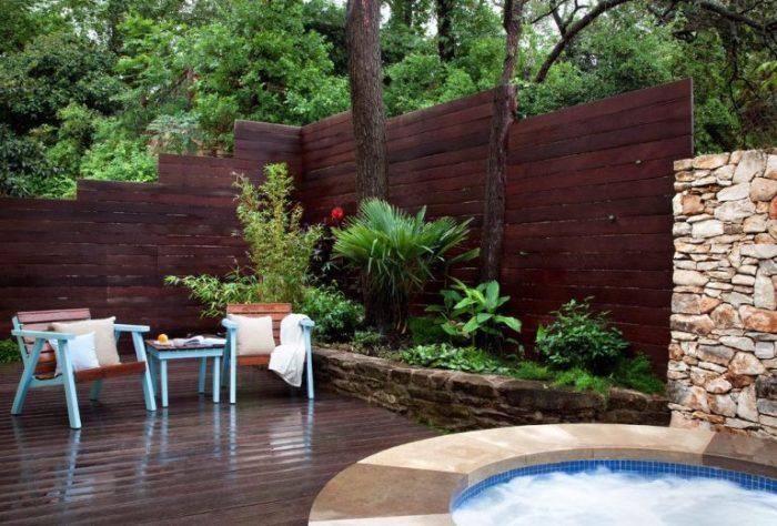 Панельный забор из плотно прилегающих деревянных реек, который отлично подходит для любого загородного участка.