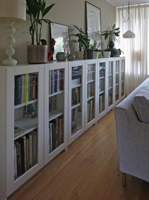 Стеллажи со стеклянными дверцами позволят защитить книги от попадания влаги и прямых солнечных лучей.