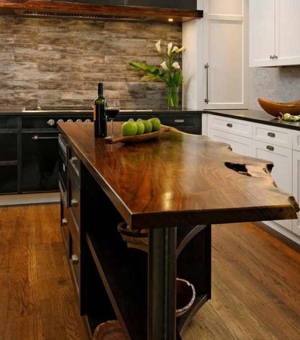 Столешница из натуральной древесины - одно из самых удачных решений для кухни.