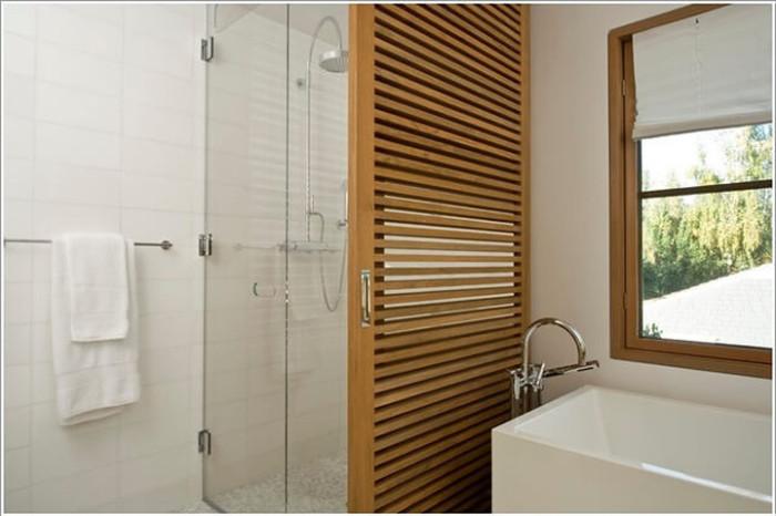 Стена душевой кабинки, изготовленная из деревянной панели.