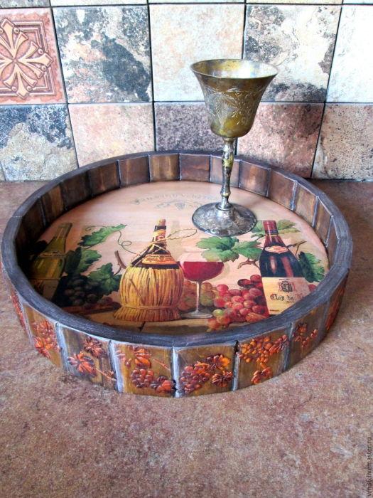 Поднос для еды, изготовленный из старой деревянной бочки.