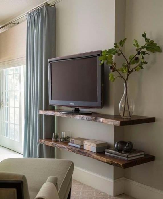 Наиболее популярными в современном интерьере являются настенные деревянные прямые или угловые полки под плазменный экран.