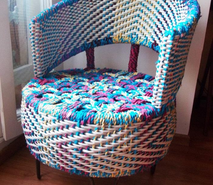 Старая покрышка, обтянутая плетёным чехлом может стать модным и необычным креслом.