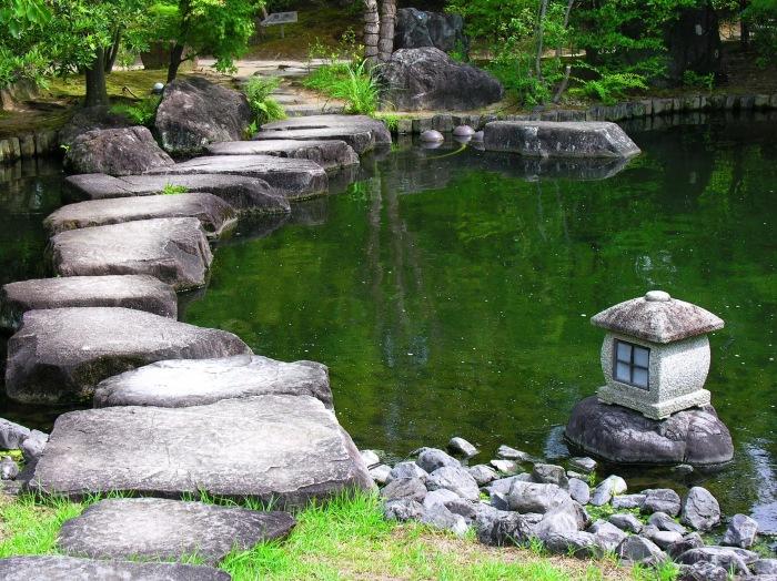 Камень - неотъемлемая часть ландшафтного дизайна садового участка.