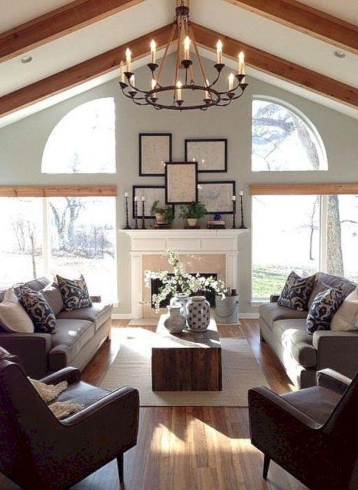 Современная гостиная комната, в которой сочетаются различные классические стили интерьера.