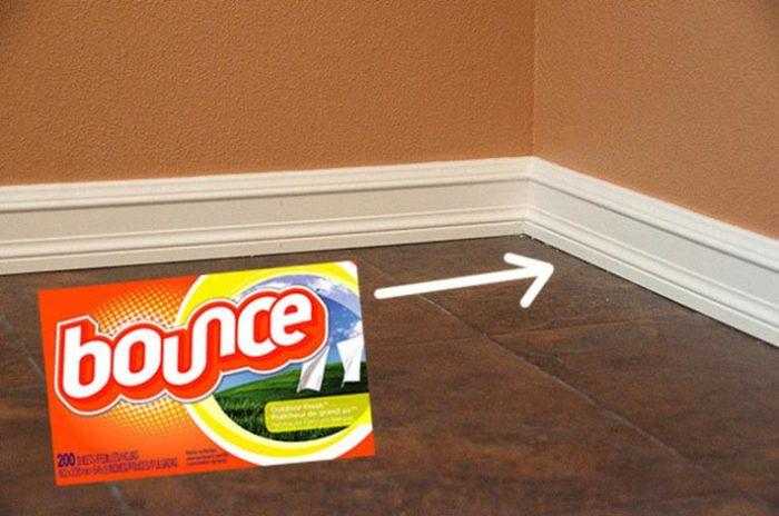 Для чистки плинтусов лучше всего использовать специальные салфетки, которые не царапают поверхность.