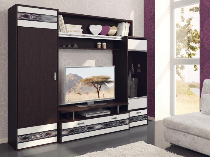Красивая и функциональная стенка отлично подойдет для небольшой гостиной комнаты.