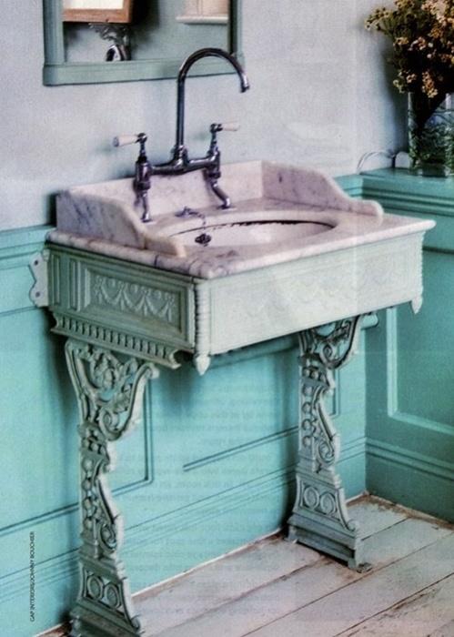 Из старинной подставки для швейной машинки может получится прекрасные основание для умывальника, который идеально впишется в интерьер ванной комнаты.