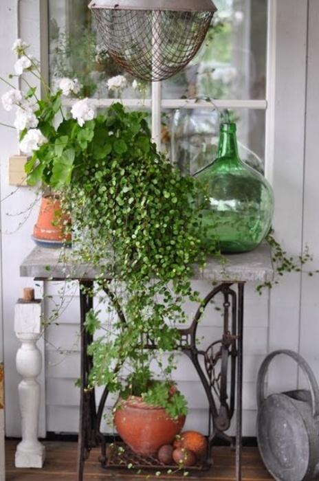 Небольшой столик для комнатных цветов и растений из старого ножного привода.