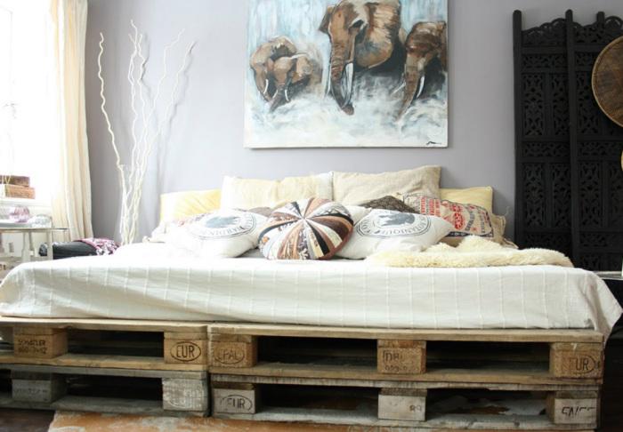 Оригинальный каркас кровати, полностью изготовленный из поддонов.