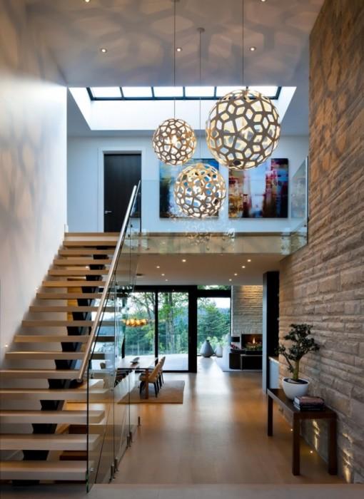 Стена, облицованная декоративным камень, придаст помещению нотки солидности и оригинальности.