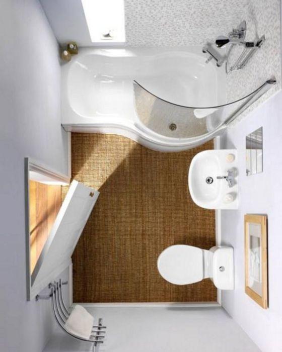 Для усиления эффекта визуального увеличения пространства в ванной комнате можно использовать мелкую мозаику с глянцевым эффектом.