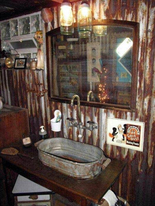 Оригинальный и смелый проект - ванная комната в старом деревенском стиле.