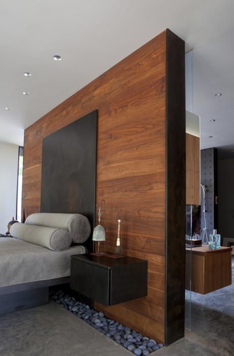 Перегородка из натуральной дорогой древесины в интерьере спальной комнаты.