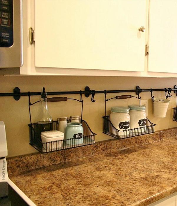 Подвесные полки из металлических контейнеров - рациональная идея для маленькой кухни, где дорог каждый квадратный сантиметр площади.