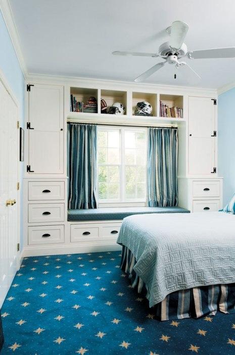 Шкафы вокруг окна - современная и практичная организация пространства в спальной комнате.