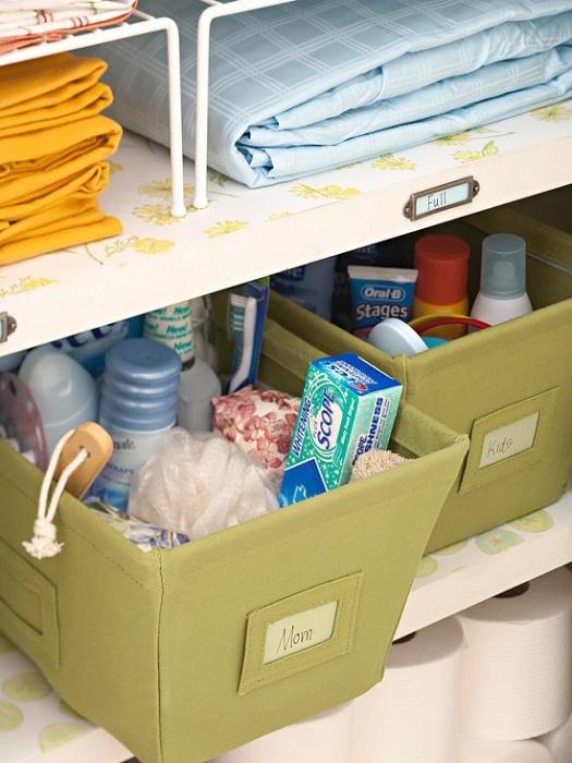 Пластиковые контейнеры прекрасно подойдут для создания очаровательных органайзеров для хранения банных принадлежностей.