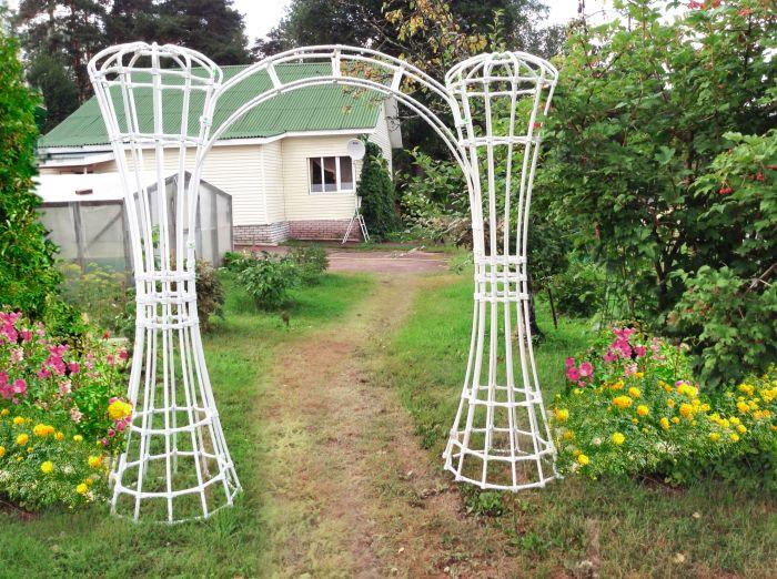 Садовая арка из полимерных водопроводных труб станет чудесным украшением в интерьере сада.