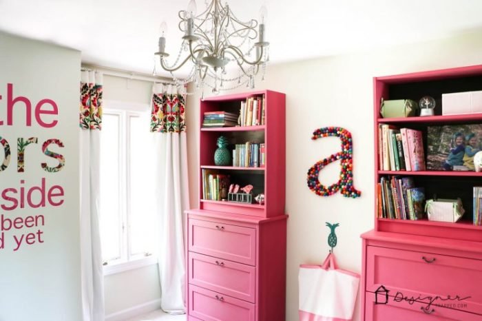 Для того, чтобы создать произведение искусства достаточно просто покрасить старый деревянный стеллаж в розовый цвет.