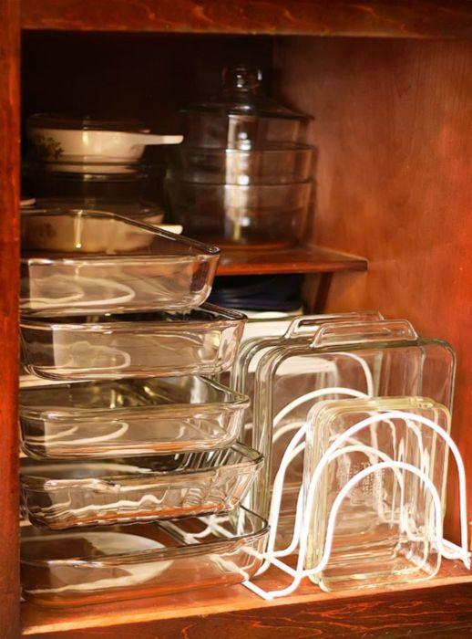 Обыкновенные деревянные ящики с встроенными металлическими конструкциями можно использовать для хранение керамической и стеклянной посуды, которая легко бьется.