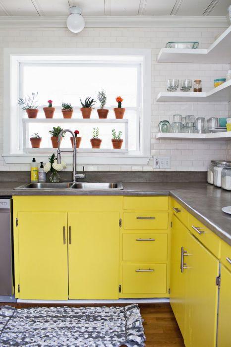 Навесные угловые полки - прекрасный пример эргономичного использования кухонного пространства.