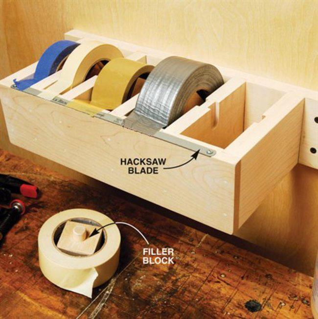 Эргономичное и практичное решение - небольшой ящик для хранения липкой ленты.