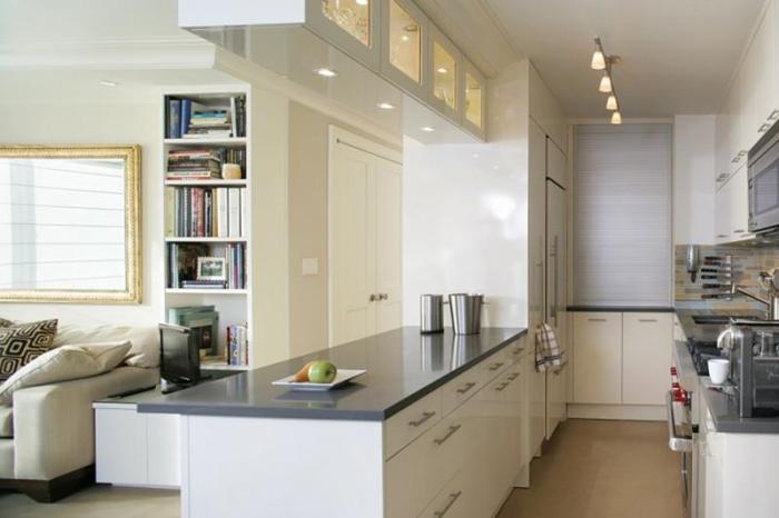 Отличный метод визуально увеличить пространство за счёт планировки узкой кухни – это её отделка в достаточно светлых оттенках с серыми акцентными элементами в интерьере.
