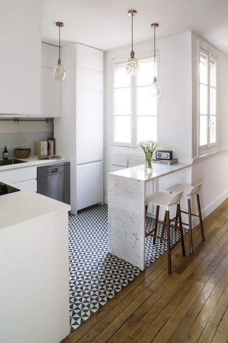 Светлый древесный также паркет в современном интерьере кухни.