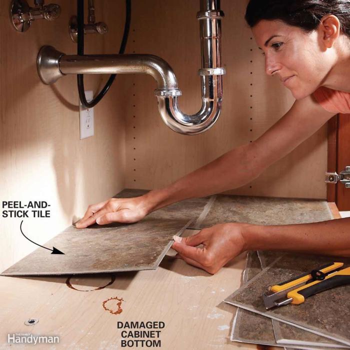 Для облицовки пола под раковиной как в ванной, так и на кухне можно применять обыкновенную облицовочную плитку.
