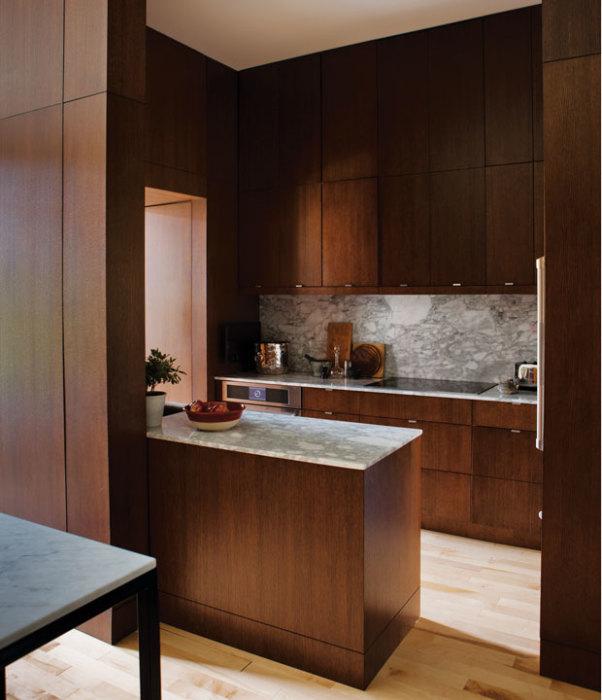 Кухня из древесины – один из наиболее дорогих вариантов оформления, поскольку требуют специальной обработки и ухода.