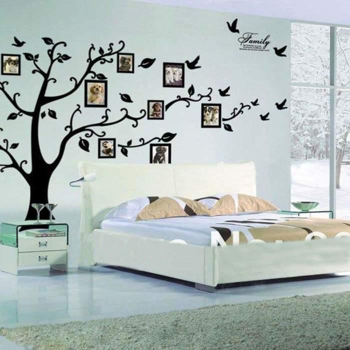 Необычная галерея на фоне нарисованного на стене дерева.