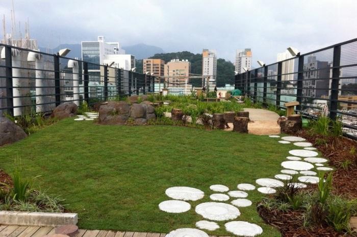 Элегантная садовая дорожка из массивных кругов бетона станет настоящей изюминкой дачного участка.