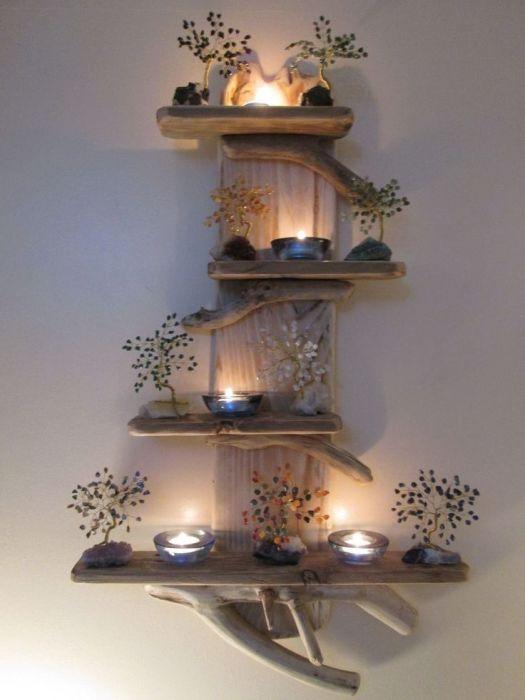 Обработанные коряги хорошо подойдут для создания настенных полочек или стеллажей.