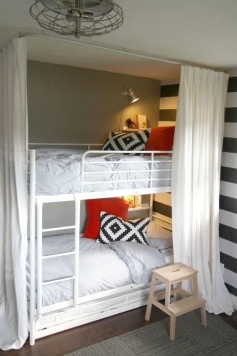 Лаконичная двухъярусная конструкция в минималистском интерьере спальной комнаты.