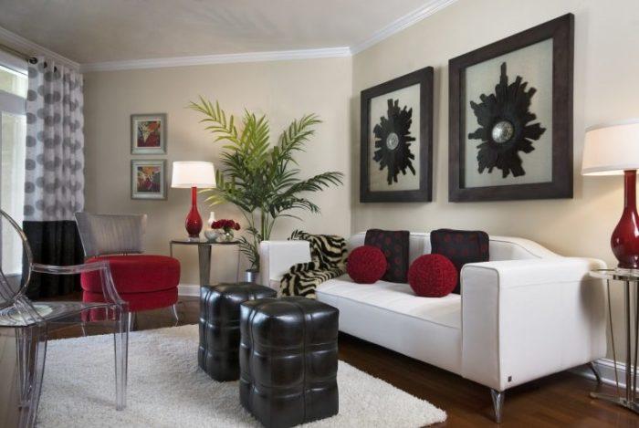 Черные и красные акценты в небольшой гостиной комнате, которые не перегружают пространство.