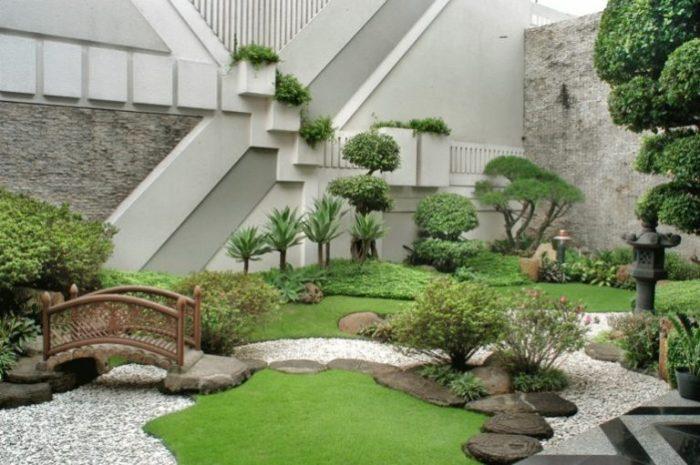 Садовый участок в восточном стиле, в котором основное внимание уделяется природным первоэлементам.