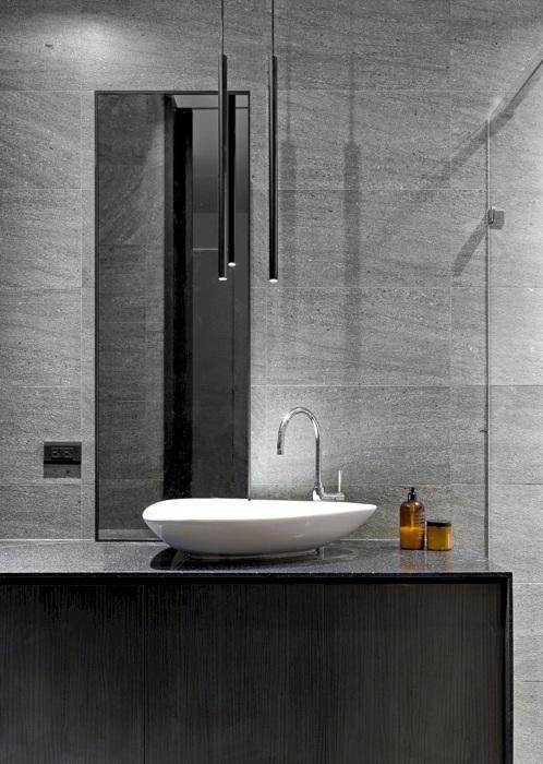Строгий интерьер ванной комнаты в классическом мужском стиле, который позволит нивелировать некоторые недостатки планировки, если таковые имеются.