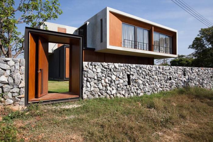 Самым престижным материалом для возведения забора вокруг частного дома является декоративный камень.