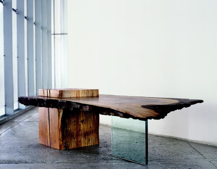 Деревянный стол из необработанной коряги, который выполняет не только функциональную роль, но и эстетическую.