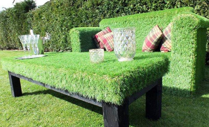 Садовая мебель, покрытая искусственной травой, прекрасно подходит для обустройства небольшого дачного участка.