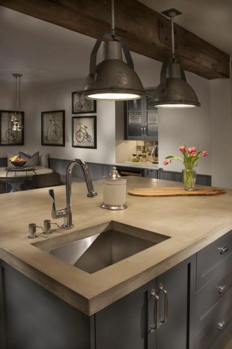 Отличное сочетание натурального дерева и металла в современном интерьере кухонного помещения.