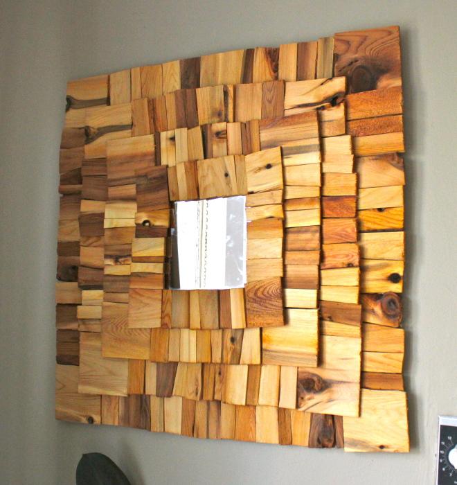 Любители творчества могут создать зеркало самостоятельно, наклеив на раму небольшие деревянные спилы квадратной и прямоугольной формы.