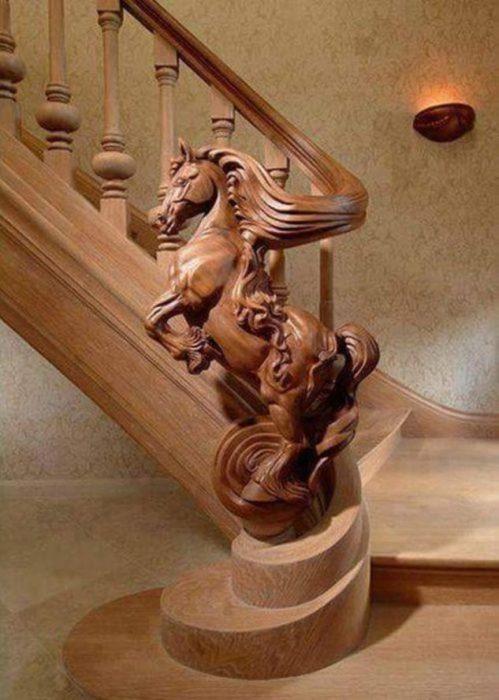 Объемная резьба по дереву, которая красуется на лестничных перилах в виде деревянных фигурок коней.