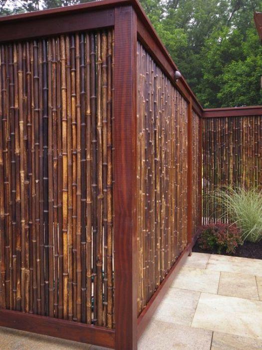 Комбинированный забор из бамбука и цельного массива древесины.