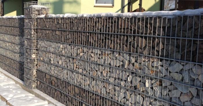 Даже традиционный забор из габионов выглядит нескучно и креативно.