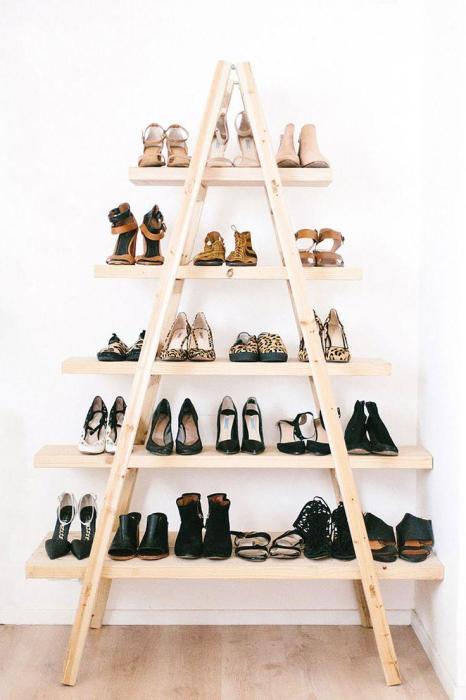 Деревянный стеллаж треугольной формы для хранения обуви, который можно сделать своими руками.
