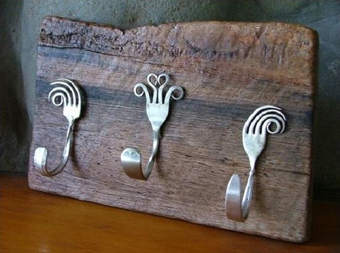 Изогнутые старые вилки можно превратить в стильные и оригинальные крючки для полотенец.