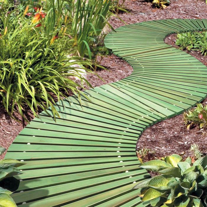 Оригинальная серпантинная садовая дорожка из натуральной древесины.