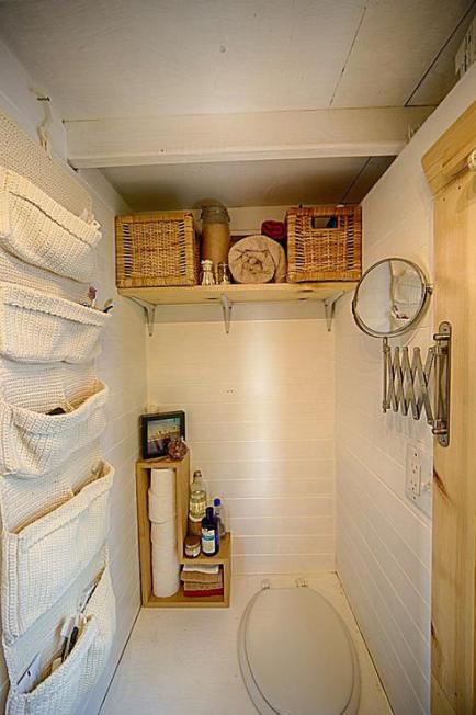 Скромная и элегантная туалетная комната, в которой есть всё самое необходимое.